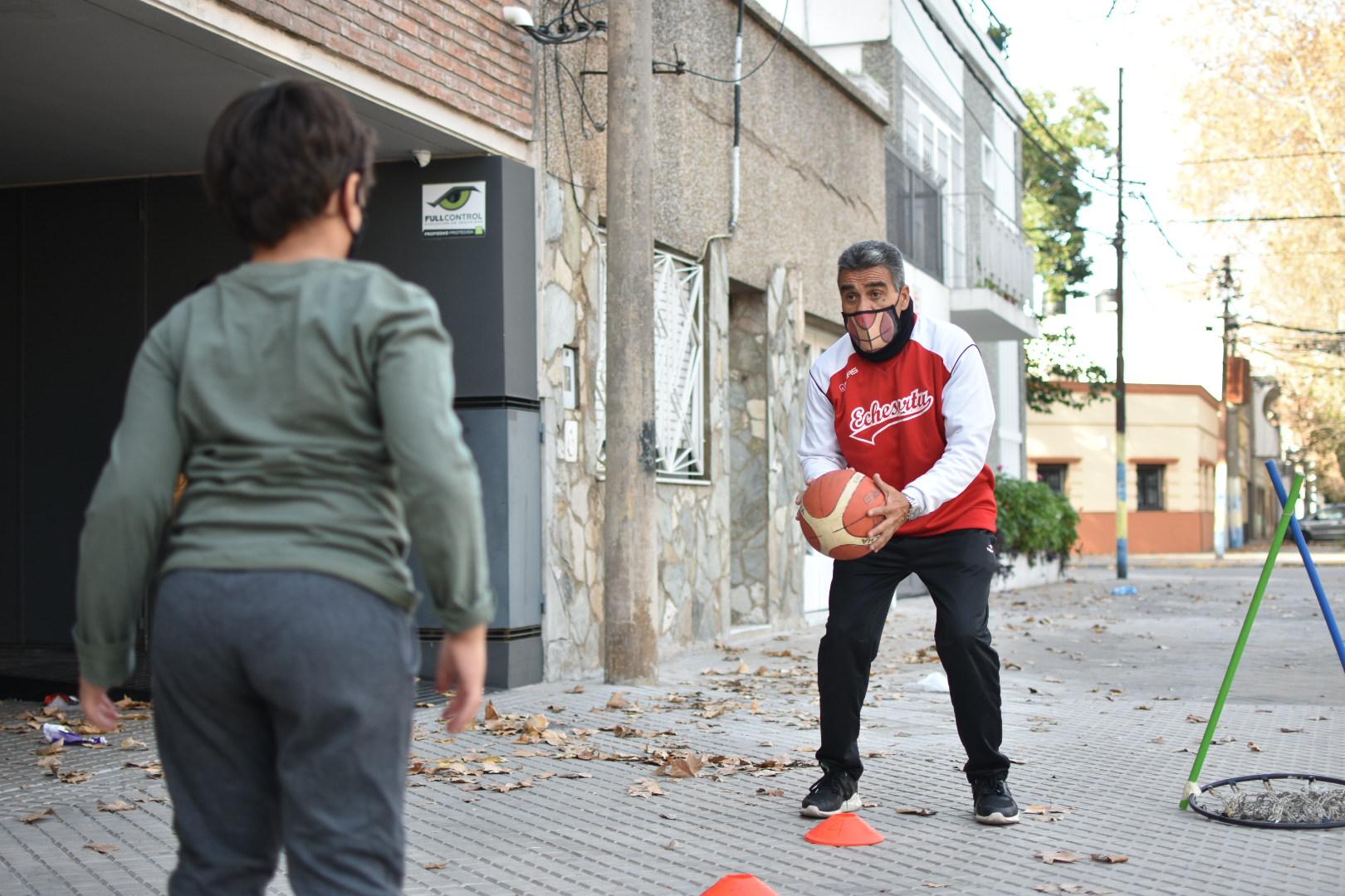 Ejemplo de pasión: el coach rosarino que lleva el básquet a las casas